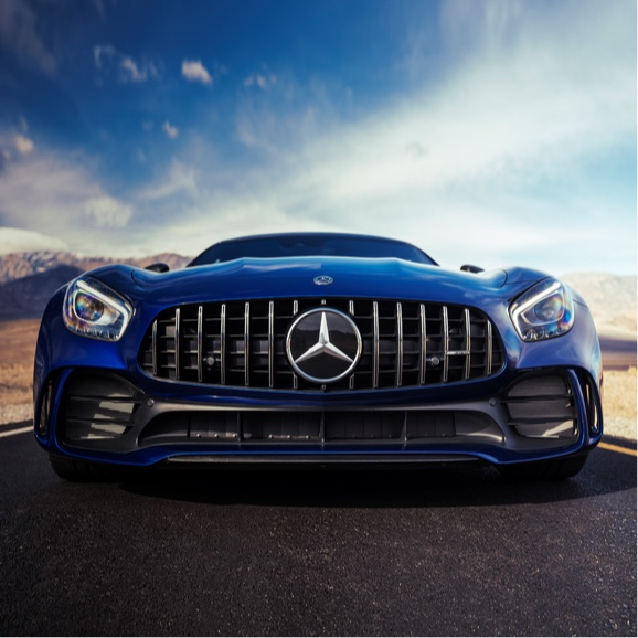 Display La large calandre d'un Coupé Mercedes-AMG GT bleu.